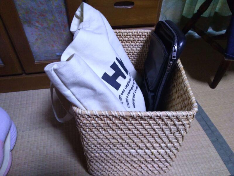 トートバッグをラタンバスケットに入れてみた。